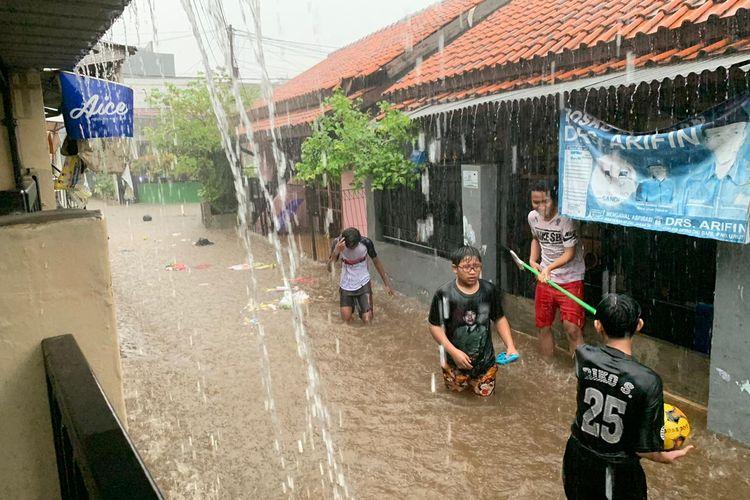 Banjir setinggi hingga 50 cm terjadi di Gang Ciremai, Kelurahan Jagakarsa, Jagakarsa, Jakarta, Kamis (13/8/2020) sore.