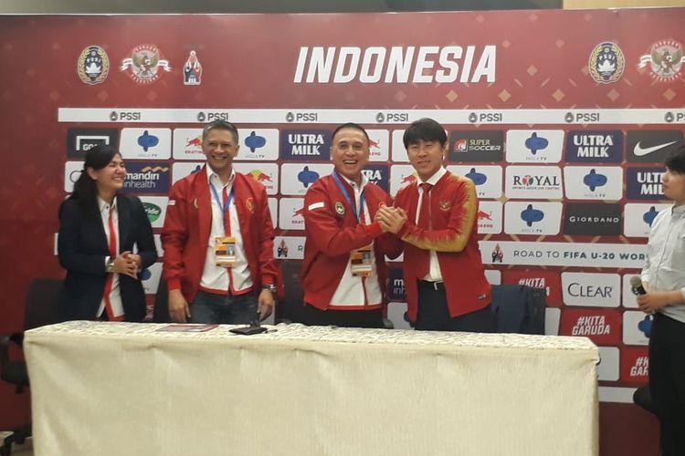 Shin Tae-yong (kanan) saat diperkenalkan menjadi pelatih baru timnas Indonesia bersama Ketua Umum PSSI, Mochammad Iriawan (tengah) di Stadion Pakansari, Sabtu 28 Desember 2019.