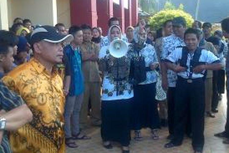 Sejumlah guru di Kabupaten Bone, Sulawesi Selatan berunjukrasa menuntut pembebasan rekannya serta revisi undang undang nomor 23 tahun 2002 tentang perlindungan anak di halaman Pengadilan Negeri (PN) setempat. Jumat, (30/08/2013).