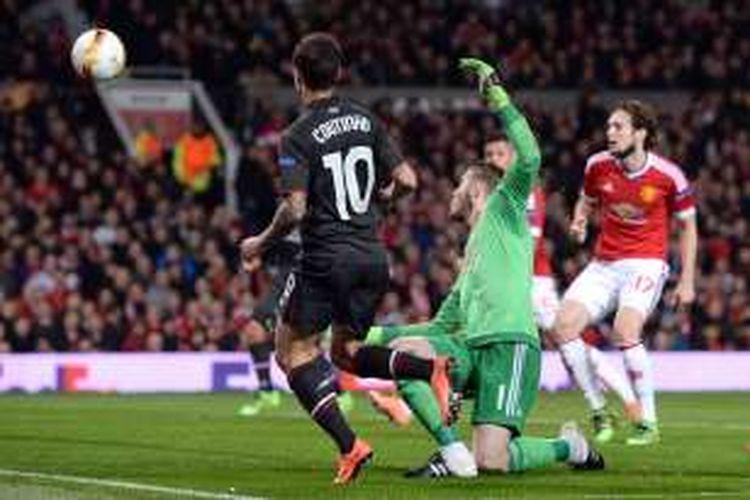Pemain Liverpool, Philippe Coutinho (kaus hitam), menceploskan bola ke gawang Manchester United, pada laga leg kedua 16 besar Liga Europa di Stadion Old Trafford, Kamis (17/3/2016) waktu setempat.