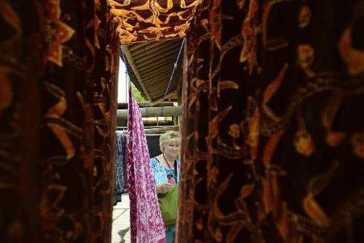 Wisatawan dari Belanda melihat proses pembuatan batik di Sanggar Batik Semarang 16, Meteseh, Kecamatan Tembalang, Kota Semarang, Jawa Tengah, Senin (29/10/2012). Sanggar batik tersebut dikembangkan sebagai tujuan wisata bagi turis asing yang singgah menggunakan kapal pesiar.