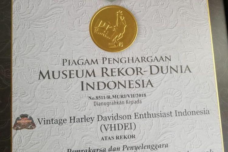 Piagam yang diberikan MURI untuk konvoi yang diadakan penggemar Harley klasik saat berlangsungny a Indonesia Heritage Motorcycle 2018 di kawasan Candi Prambanan, Yogyakarta, Sabtu (21/7/2018).
