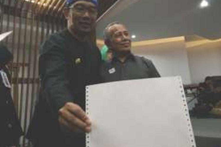 Wali Kota Bandung Ridwan Kamil saat menyerahkan akta kelahiran braile kepada penyandang tunanetra di Balai Kota Bandung, Jalan Wastukancana, Rabu (28/12/2016). KOMPAS.com/DENDI RAMDHANI