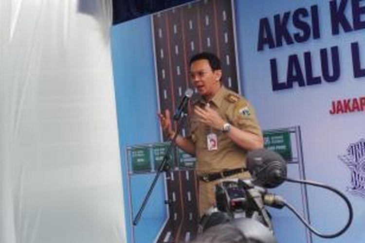 Gubernur DKI Jakarta Basuki Tjahaja Purnama saat menyampaikan sambutan si pencanangan gerakan Keselamatan Berlalu Lintas, di Bunderan HI, Jakarta, Rabu (31/12/2014).