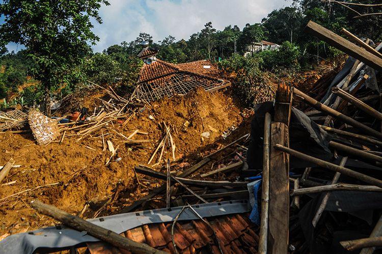 Sejumlah bangunan rusak tertimbun material longsor di Kampung Cigobang, Lebak, Banten, Rabu (22/1/2020). Terdapat satu daerah masih terisolir di Kampung Cigobang dan belum dilakukan pembersihan material longsor hingga  21 hari pascabencana akibat masih terputusnya akses jembatan serta sulitnya medan menuju daerah tersebut.