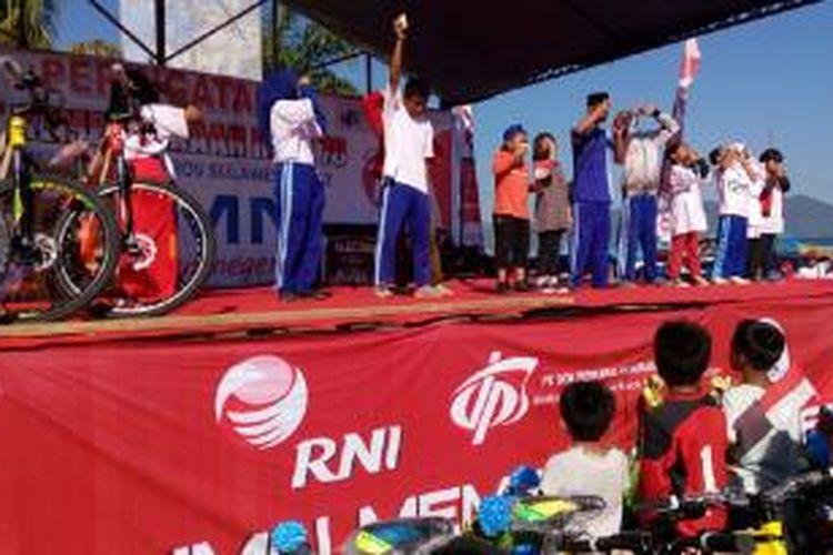 Masyarakat antusias mengikuti acara jalan sehat yang dikoordinir oleh RNI dan berbagai BUMN di Mamuju Sulawesi Barat, Sabtu (16/8/2015).
