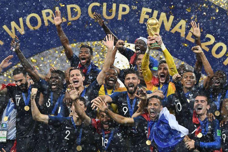 Para pemain Perancis merayakan kemenangan timnya atas Kroasia usai laga babak final Piala Dunia 2018 di Stadion Luzhniki, Moskwa, Minggu (15/7/2018) atau Senin dini hari WIB. Perancis mengulangi kesuksesan 20 tahun lalu dan keluar sebagai juara Piala Dunia 2018 usai menundukkan Kroasia dengan skor 4-2.