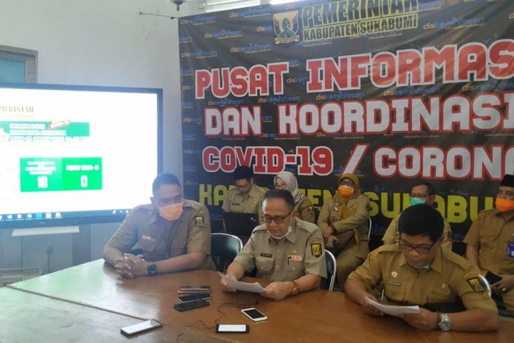 Juru Bicara Gugus Tugas Percepatan Penanganan Covid-19 Kabupaten Sukabumi, Harun Al-Rasyid (kanan) saat konferensi pers di Pendopo Sukabumi, Jawa Barat, Senin (23/3/2020).