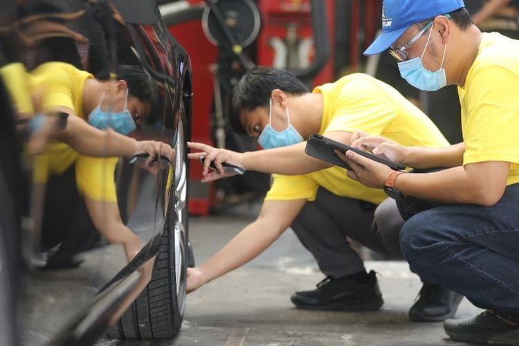 Ilustrasi cek tekanan udara pada ban mobil