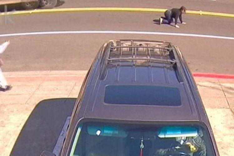 Potongan video di YouTube memerlihatkan seorang perempuan bernama Jenny Nghiem berusaha bangkit setelah diseret karena berusaha mempertahankan tansya yang dirampok di Oakland, California, Amerika Serikat (AS) pada pekan lalu.