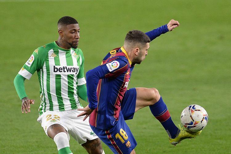 Bek Real Betis asal Brasil Emerson Royal menjaga bek Barcelona Jordi Alba (kanan) dalam pertandingan Liga Spanyol antara Real Betis dan FC Barcelona di Stadion Benito Villamarin di Seville pada 7 Februari 2021.