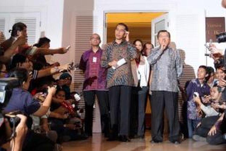Presiden dan Wakil Presiden terpilih Joko Widodo dan Jusuf Kalla memberikan keterangan pada wartawan terkait porsi kabinetnya, di Rumah Transisi Jokowi-JK, Jakarta, Senin (15/9/2014). Rencananya Kabinet Jokowi-JK akan diperkuat 34 kementerian yang terdiri dari 18 orang profesional dan 16 orang dari partai politik.