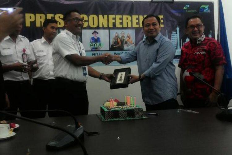 GM Ict Network Telkomsel Regional Kalimantan, Harsetyo Pramono, dan Co GM AP1 Bandara Sepinggan, Sulkon, berbagi cinderamata di HUT ke-53 Bandara Sepinggan.