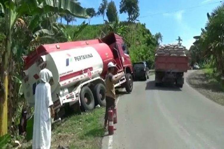 Sebuah mobil tangki terperosok ke dalam jurang di Pasangkayu, Sulawesi Barat, hingga menyebabka BBM tumpah dan menjadi rebutan warga.