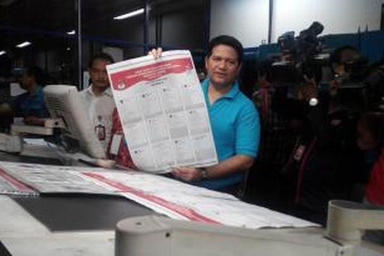 Ketua Komisi Pemilihan Umum (KPU) Husni Kamil Manik menunjukkan surat suara Pemilu 2014 yang telah dicetak di PT Gramedia Printing, Jakarta Selatan.
