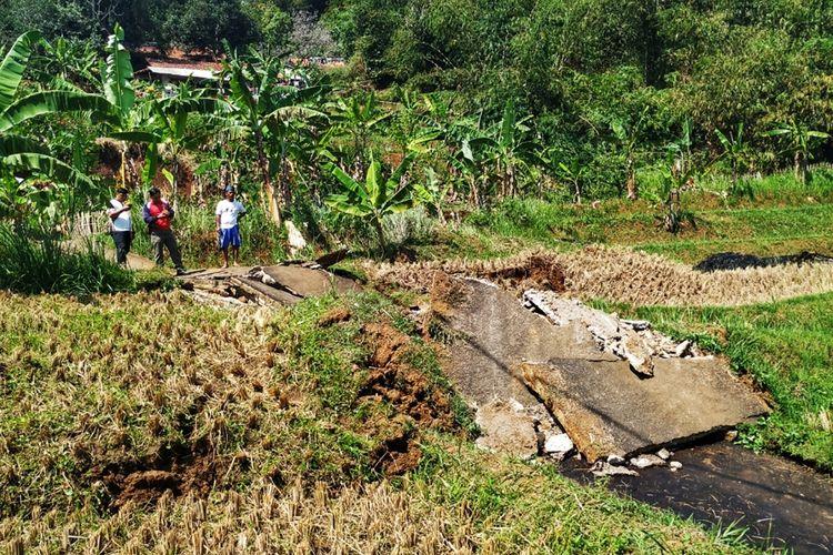 Sejumlah petugas dan warga mengecek jalan putus yang disebabkan tanah longsor di Desa Karangtengah, Cibadak, Sukabumi, Jawa Barat, Rabu (6/11/2019).