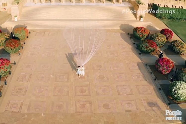 Priyanka Chopra dalam balutan gaun rancangan Ralph Lauren berjalan ke altar dengan didampingi ibunya, Madhu.