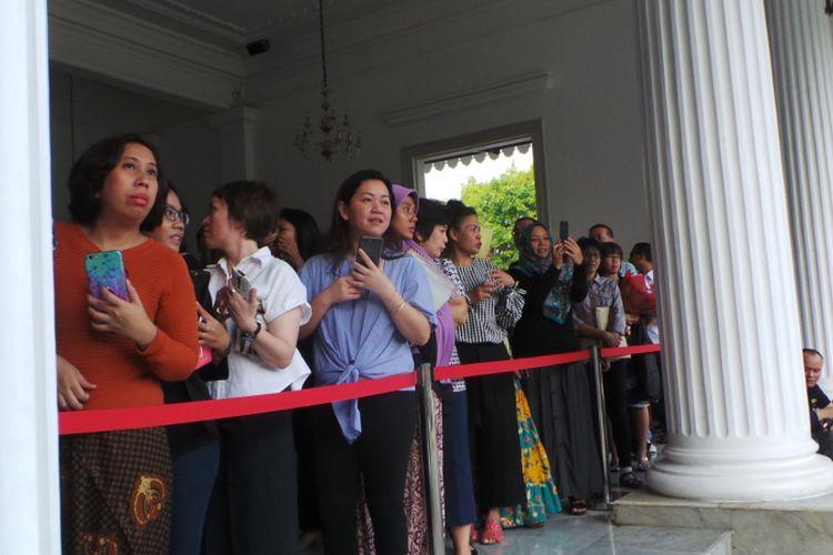 Antrean warga untuk berfoto dengan Gubernur DKI Jakarta Basuki Tjahaja Purnama atau Ahok, di Balai Kota DKI Jakarta, Jumat (21/4/2017).