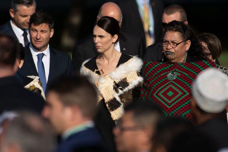 Perdana Menteri Selandia Baru dengan mengenakan kakahu (jubah tradisional Maori) datang ke tempat upacara peringatan dua pekan penembakan masjid di Hagley Park, Christchurch, Jumat (29/3/2019). Peringatan itu dilakukan untuk mengenang 50 jemaah yang tewas ketika teroris menyerang Masjid Al Noor dan Linwood 15 Maret 2019.