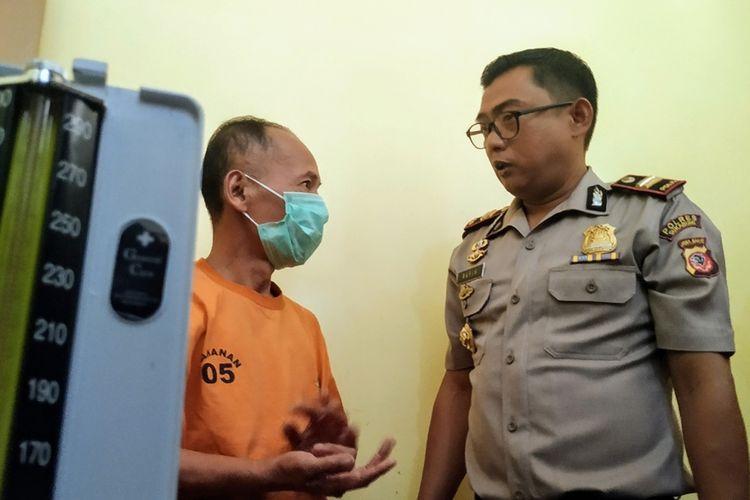 Kapolsek Caringin Iptu Rafik Rahadian Syah (kanan) saat meminta keterangan tersangka TII saat konferensi pers di Polsek Caringin, Sukabumi, Jawa Barat, Senin (9/9/2019).