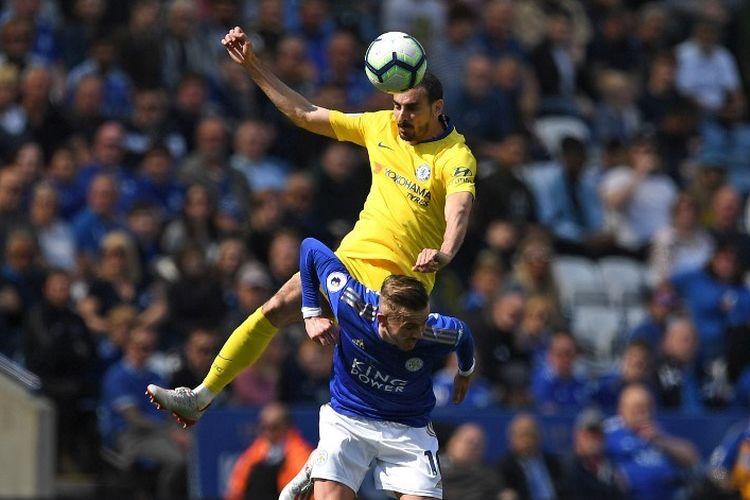 David Zappacosta melompati James Maddison pada laga Leicester City vs Chelsea di Stadion King Power dalam lanjutan Liga Inggris, 12 Mei 2019.