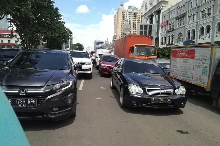 Jalan Boulevard Barat Kelapa Gading menjadi macet pasca banjir pada Selasa, (25/2/2020)