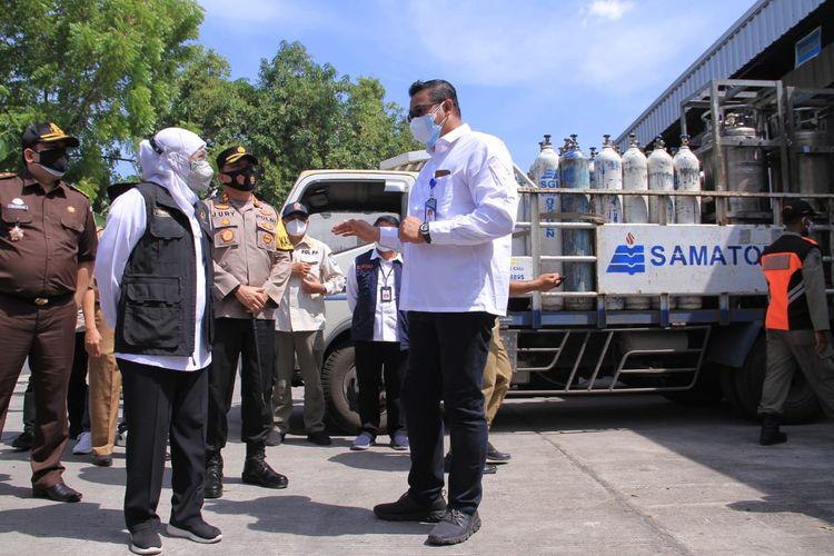 KUNJUNGI—Gubernur Jawa Timur Khofifah Indar Parawansa berkunjung ke pabrik distributor oksigen milik PT. Samator Gas Industri Madiun, yang berada di  Kecamatan Dolopo, Kabupaten Madiun, Senin (12/7/2021) siang. Kunjungan Khofifah untuk memastikan ketersediaan oksigen medis di pabrik tersebut.