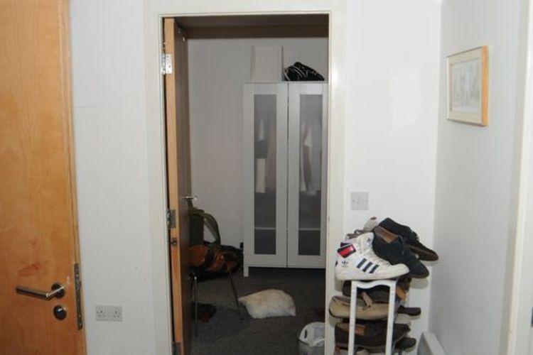 Noda darah di pintu kamar mandi apartemen Reynhard Sinaga, tempat dia dipukul korban yang terbangun. Reynhard dihukum seumur hidup setelah terbukti melakukan 159 kasus pemerkosaan dengan 48 korban pria yang terkonfirmasi. Pria kelahiran Jambi itu menjadi pelaku pemerkosaan terbesar dalam sejarah Inggris.