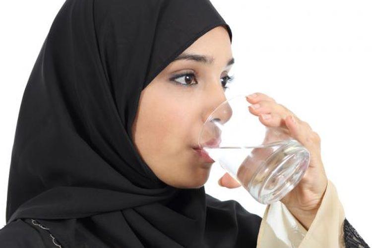 Ilustrasi konsumsi air saat puasa Ramadhan.