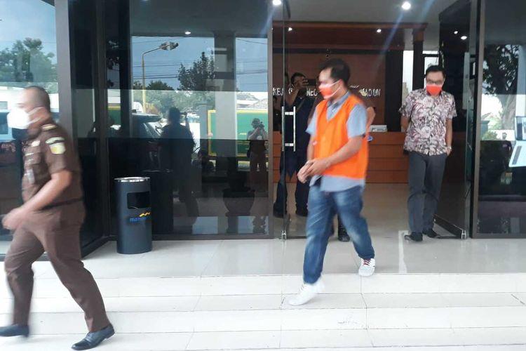 Pegawai BRI Dolopo-Madiun digiring menuju mobil tahanan setelah diperiksa sebagai tersangka kasus korupsi dana nasabah dengan kerugian negara Rp 2,1 M