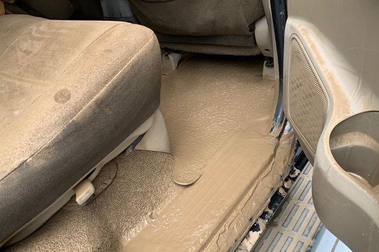 Mobil yang terendam banjir sampai interior