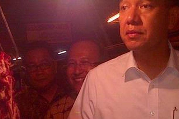 Menteri Perdagangan Gita Wirjawan melakukan Sidakke Pasar Kosambi Kota Bandung, Kamis (23/5/2013). Sidak dilakukan terkait meningkatnya harga daging sapi di pasaran beberapa bulan ke belakang.