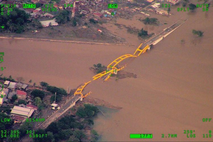 Jembatan Kuning Ponulele yang rubuh akibat tsunami pascagempa bumi yang melanda Kota Palu dan Kabupaten Donggala, Jumat (28/9/2018).