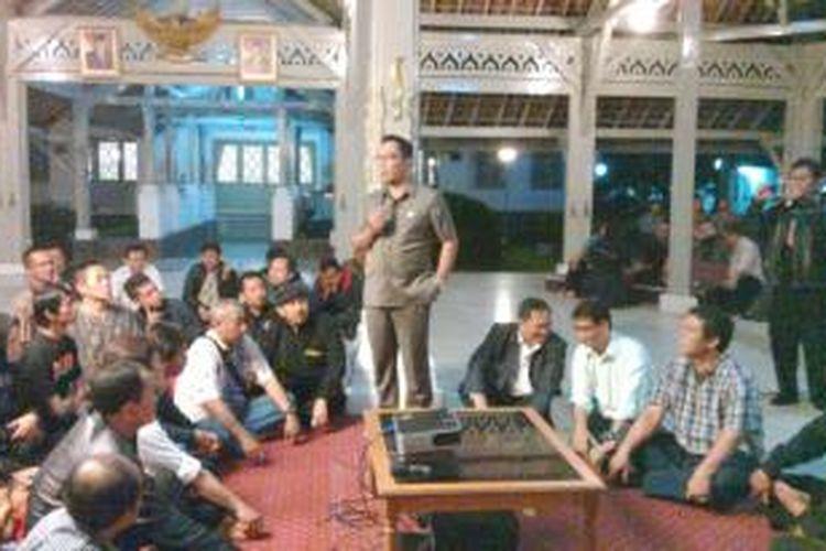 Wali Kota Bandung Ridwan Kamil saat bersosialisasi dengan koordinator PKL se-Kota Bandung sampai tengah malam di rumah dinasnya (Pendopo), Jalan Dalem Kaum, Bandung, Jawa Barat, Rabu, (9/10/2013) malam