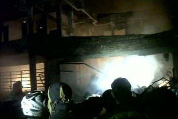 Ruko berlantai dua di Kabupaten Gowa, Sulawesi Selatan ludes dilalap api disertai ledakan ratusan tabu gas elpihi. Rabu, (17/12/2014).