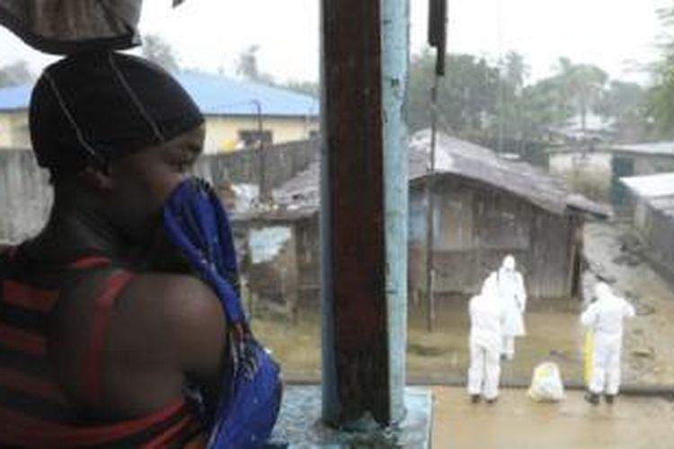 Para petugas melakukan penyemprotan di Liberia untuk mencegah penyebaran.