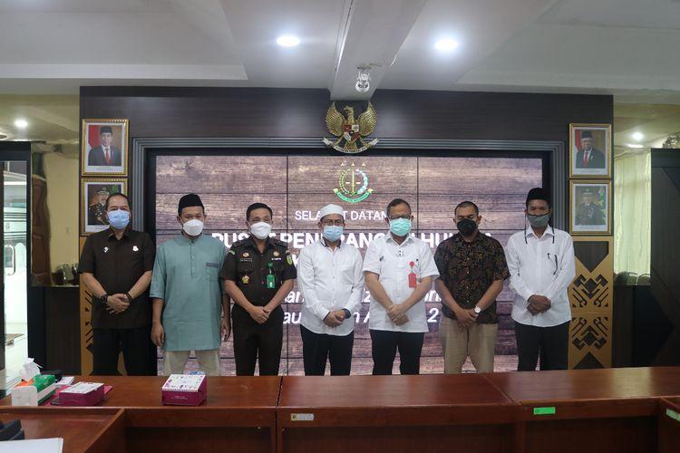 Ketua Dewan Tanfidzi Nasional Persaudaraan Alumni (PA) 212, Slamet Maarif, dan anggota tim kuasa hukum Rizieq Shihab, Aziz Yanuar, berkunjung ke Kejaksaan Agung, Jakarta, Kamis (25/3/2021).