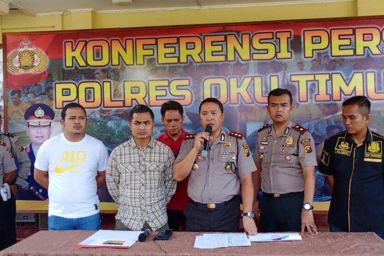 Kapolres OKU Timur Erlin Tangjaya saat melakukan gelar perkara perampokan sadis yang didalangi oleh Elwani (43) Kepala Desa (Kades) Melati Agung, Kecamatan Semendawai Timur, Sumatera Selatan.