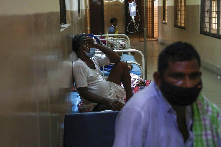 Pasien India yang terinfeksi jamur hitam menjalani perawatan di bangsal Mucormycosis sebuah rumah sakit pemerintah di Hyderabad, India, Minggu, 23 Mei 2021.