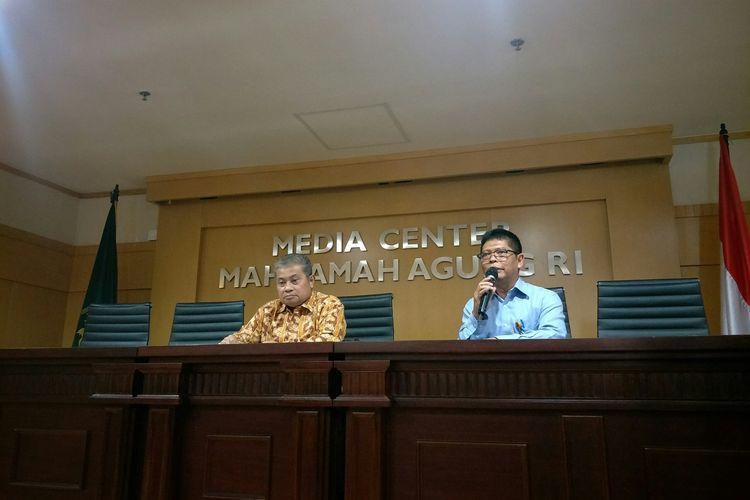 Juru Bicara MA Andi Samsan Nganro membacakan keputusan pemberhentian Hakim PN Balikpapan Kayat yang menjadi tersangka kasus korupsi