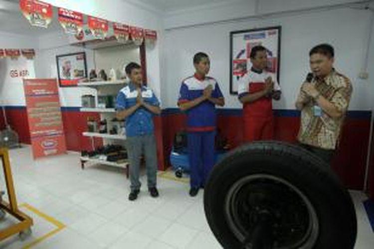 Direktur PT Astra Otoparts Tbk, Yusak Kristian, menunjukkan Pusat Pendidikan dan Pelatihan Otomotif yang baru diresmikan di SMK PGRI 20 Jakarta, Cibubur, Jakarta Timur, Rabu (30/4/2014). Pusat Pendidikan dan Pelatihan Otomotif ini adalah bentuk kerja sama berkesinambungan dengan SMK PGRI 20 Jakarta untuk mencetak lulusan yang handal dan terampil di dunia Otomotif