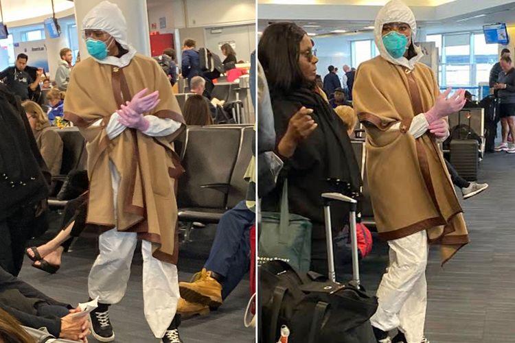Naomi Campbell bersiap menaiki pesawat dengan tujuan New York City dari Los Angeles dengan memakai setelah hazmat, masker N95, dan sarung tangan.