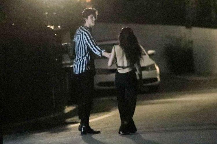 Shawn Mendes dan Camila Cabello terlihat bersama di kawasan Hollywood Barat, AS, Rabu (3/7/2019) malam.