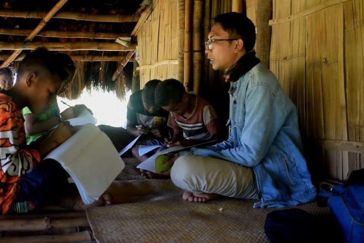 Soalihin sedang membimbing murid-muridnya selama masa belajar dari rumah di Desa Gaura, Kecamatan Laboya Barat, Sumba Barat, NTT.