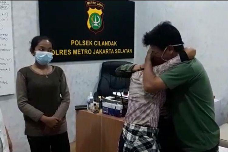 Ayah C, Andi (40) memeluk C (15) di Polsek Cilandak, Jakarta pada Rabu (4/11/2020) malam. C dinyatakan hilang selama empat dari rumahnya di kawasan Babelan, Kabupaten Bekasi, Jawa Barat sejak Minggu (1/11/2020).