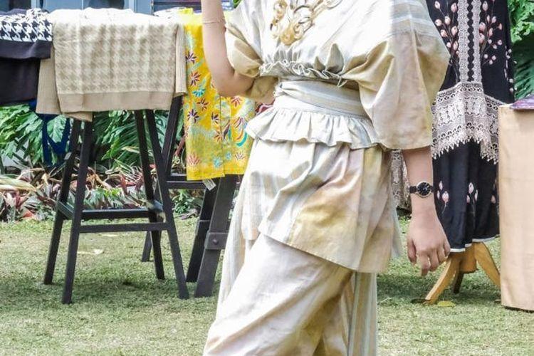 Salah satu produk Klambi-Koe, batik tenun yang ramah lingkungan. Desain pakaiannya unik dan bergaya etnik.