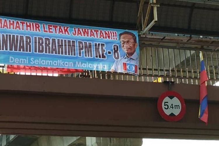 Spanduk berisi tuntutan agar Perdana Menteri Malaysia Mahathir Mohamad mengundurkan diri dan digantikan Anwar Ibrahim ditemukan di Kuala Lumpur pada Rabu (20/2/2019).