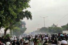 Ricuh, Massa Simpatisan Rizieq Shihab Lempar Batu, Polisi Tembak Gas Air Mata