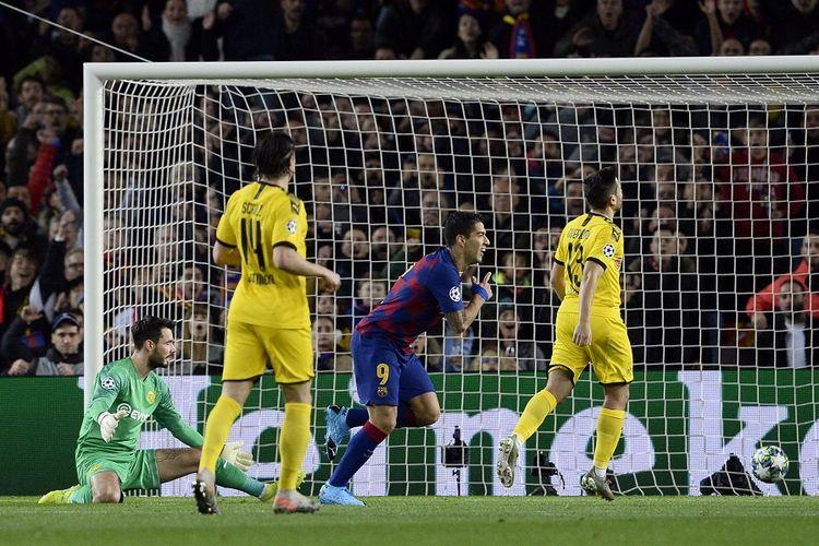 Penyerang Barcelona Luis Suarez (tengah) merayakan gol dalam pertandingan Grup F Liga Champions antara Barcelona vs Borussia Dortmund di Stadion Camp Nou di Barcelona, pada 27 November 2019.