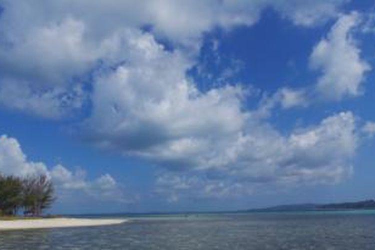 Wisatawan lokal di Pulau Hoga, Kepulauan Wakatobi, Sulawesi Tenggara, saat melakukan snorkeling, Sabtu (12/10/2013).